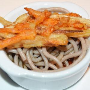 KAKIAGE SOBA (Tallarines japonesa con tempura de zanahorias y cebollas)